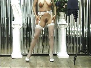 chica en ropa interior sexy muestra coño caliente y tetas