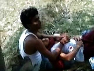 chica india permite jugar a su amante con sus tetas en un parque