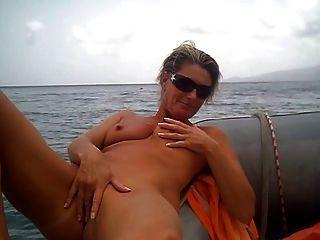 el aficionado se masturba en el barco