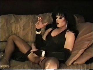transexual de pelo oscuro leisa dupree fumar y masturbarse