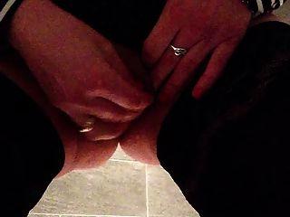 mujertita de oficina en sus rodillas