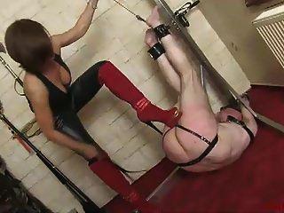 un doloroso esclavo azotando