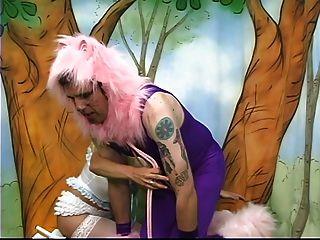 poodle vestido hombre tiene que comer tierra sucia para su amante pechugona