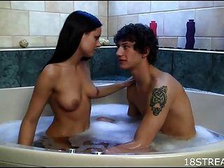 golpeando en un cuarto de baño