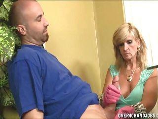 madura mujer guante handjob