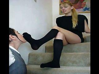 oler y lamer su sexy kneesocks negro en las escaleras