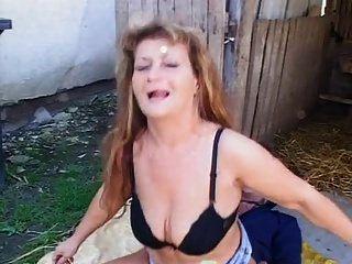 cachonda madura obtiene su culo jodido al aire libre
