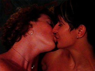 lesbianas kiss lsebians kissing lesbianas besandose milf swing