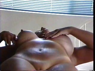 tatuaje breasted lactante grueso milf exprime leche de sus tetas hinchadas