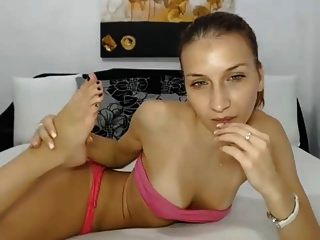 chica webcam flexible chupa sus pies