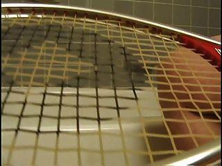 delena amanecer 3 masturbándose con una raqueta de tenis