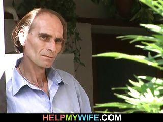 mujer sexy cuckolds su viejo marido