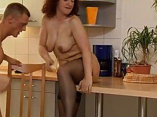MILF cachonda y dos chicos follando en la cocina