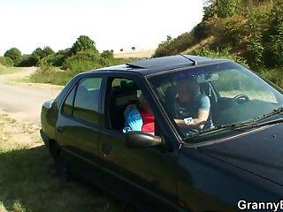 abuela recibiendo golpeado en el coche