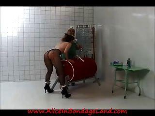 examen médico lesbiano de la prisión y castigo de la humillación de la esclavitud