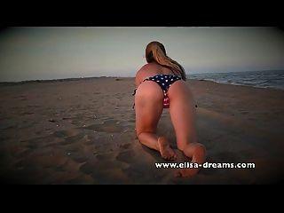 desnudo y sucio con mi enorme sextoy negro en la playa