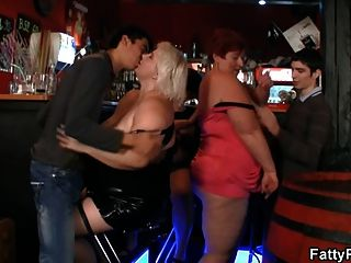 las señoras gordas se divierten en la fiesta