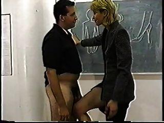 autoritario profesor con clase da la lección ballbusting