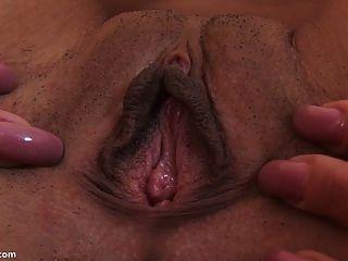 dildo grande que estira su coño al orgasmo