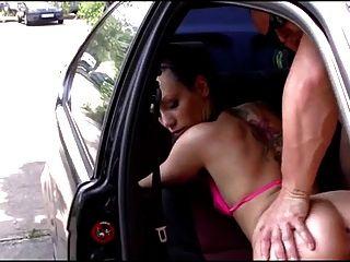 peluda chica alemana follada en el coche
