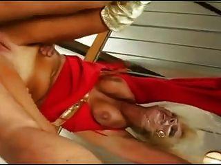 rubia madura puta euro jodido en rojo