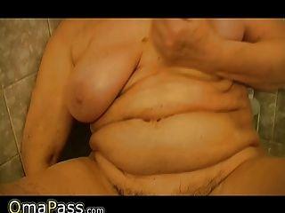 la abuelita se masturba con un juguete en el baño