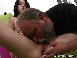 olga tiene su top se deslizó por su hombre mayor y se lame