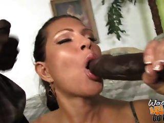 madura mamá mamada follada por dos negros delante de su hijo