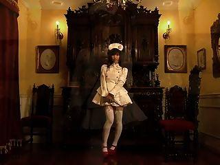 cute japanese maid muestra sus tímidas bragas