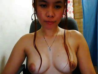 ¡la muchacha linda de la leva de filipina muestra apagado sus boobs agradables !!