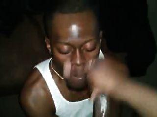 hombre negro recibe su cara cubierta