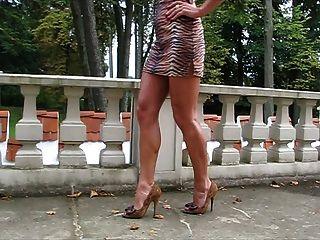 caminar en tacones altos con las piernas largas