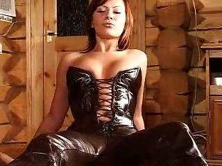 señora en pantalones de cuero