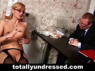 kinky entrevista de trabajo para la secretaria caliente rubia