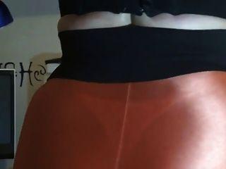 mostrando su culo sexy en polainas naranjas