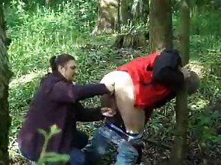 ordeñado y sacudido en el bosque