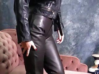 chicas calientes en el cuero puesto en los pantalones apretados y botas sexy tease