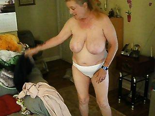 expuesta y no consciente esposa cora cambiando de ropa