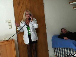 rubia vieja es recogido para una buena puta