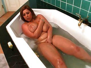 mami juega con ella en el baño