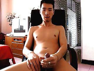 lindo chico asiático pierde