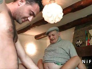 joven bronceado francés follado duro en 3way con papy