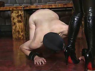 ella kross: limpiar mis botas con la boca