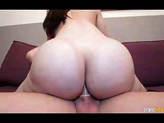 sexy shemale con el culo enorme y tetas toma polla dura