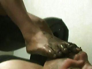 lamiendo los pies sucios