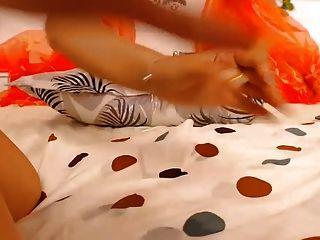 niña dedos y juguetes con su coño enorme mostrar chorros