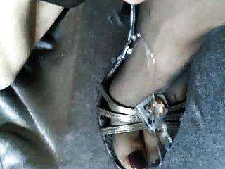 cum en los pies del pantyhose en los altos talones