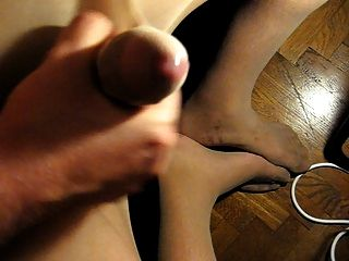 Cumming en mis pies a través de pantimedias