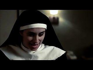 escena lesbiana de las monjas desnudas de la película con las armas grandes