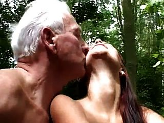 viejo y joven mierda en el bosque